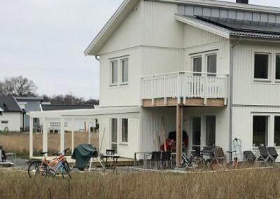 Solceller och laddbox på nybyggt hus i Enköping
