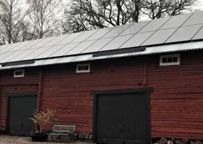 Installation av solceller på äldre gård i Enköping
