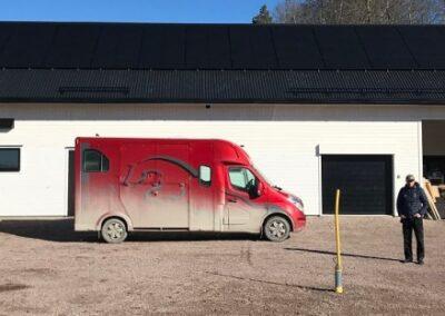 Solpaneler på nybyggt stall utanför Enköping