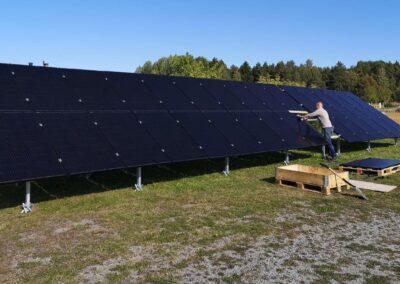 Installation av solpaneler på markställning