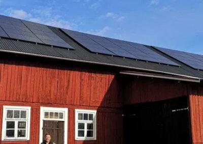 Installation av solpaneler på gård utanför Västerås